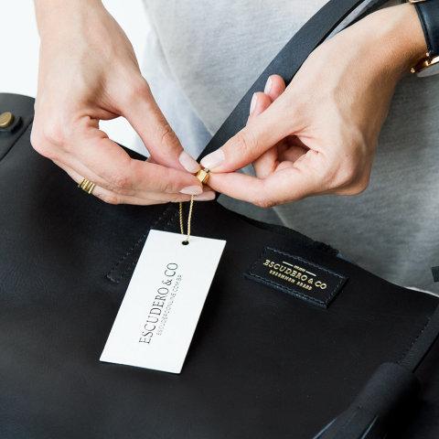 colocando a tag escudero na bolsa