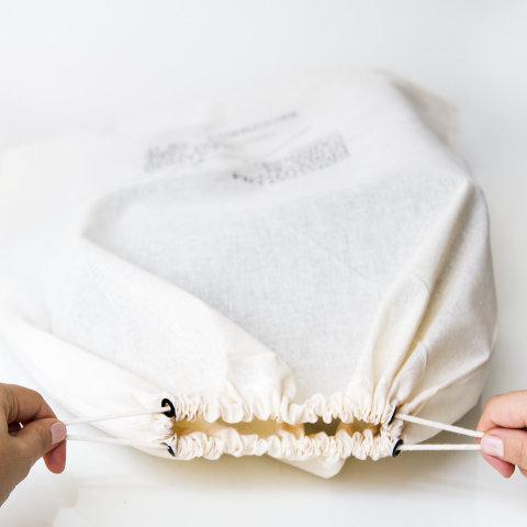 fechando o saco de algodão com a bolsa