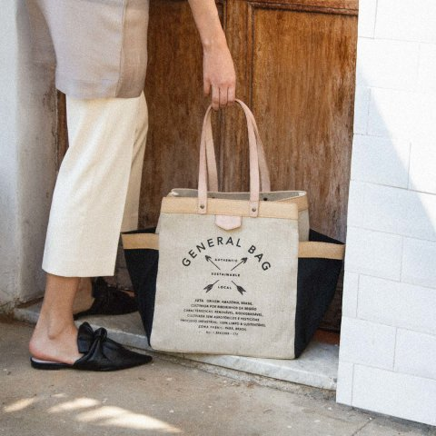 mulher segurando a general bag