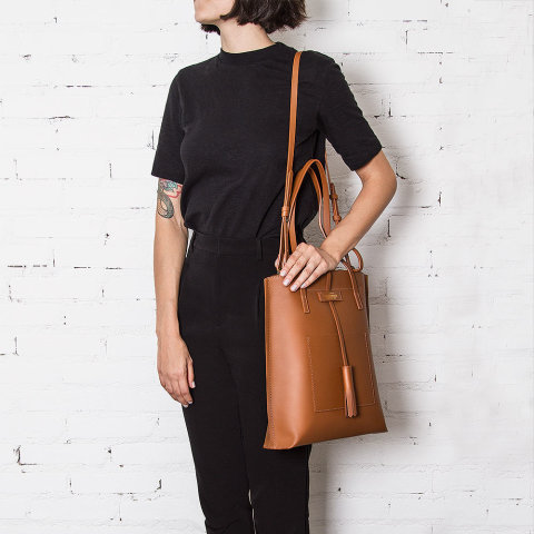modelo com a bolsa lova feminina de couro