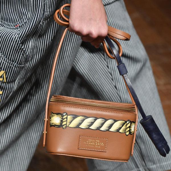 Modelo usando Bolsa Escudero de couro preto