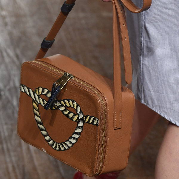 Modelo usando bolsa da parceria Escudero e A La Garçonne