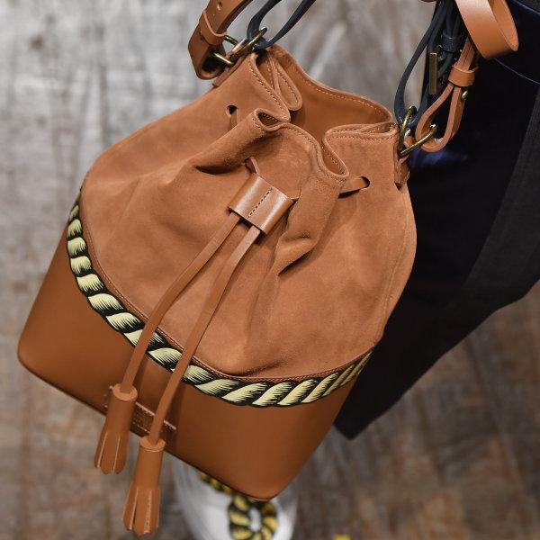 Modelo usando Bolsa Saco Escudero no SPFW